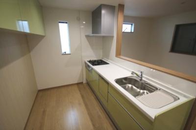 淡いグリーンの色が可愛いキッチンには窓があり採光と通風を取り込め快適ですね♪ 食洗機完備で後片づけも楽々です♪