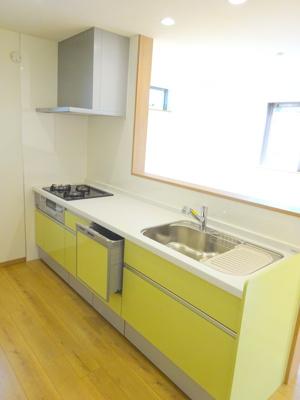 別角度のキッチンです。 対面式キッチンはリビングにいるご家族との会話を楽しみながらお料理できるのも魅力的ですね♪
