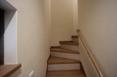 階段はなだらかで、手すりもあり安全です。
