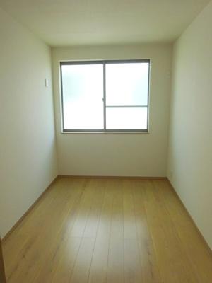 3階の洋室(5.0帖)です。 東向きの採光と通風の入るお部屋です。