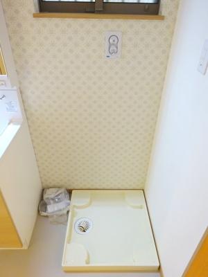 洗濯機置場です。 ゆとりがあるので、ドラム式も置けちゃいますね♪