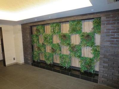 エントランスの壁面植物が素敵なアクセントです。