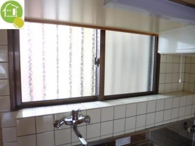 キッチンに小窓あり!