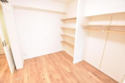 壁一面には棚と洋服などがかけれるスペースを設けました。