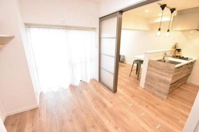 洋室の引戸を開放して広々とした空間としてもご活用いただけます。