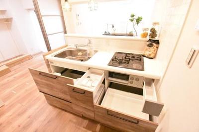スライド式の収納が豊富なキッチンです。