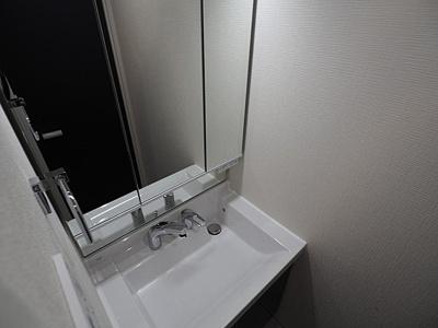 三面鏡付洗面化粧台で身だしなみチェックばっちり。