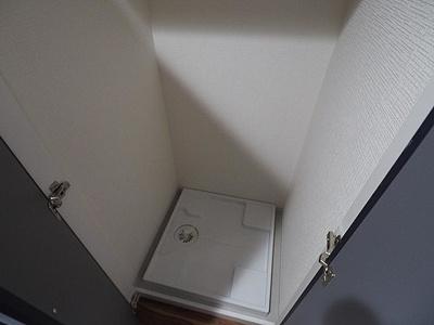 廊下部分にある洗濯機置場。扉付きですっきり。