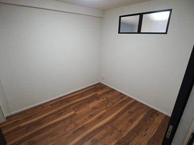 約4帖洋室。ダイニング側に室内窓があります。