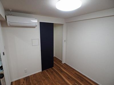 ウォークインクローゼットのある約4帖洋室。