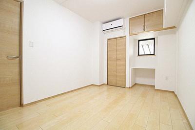 クローゼットや上部棚など収納豊富な洋室です。
