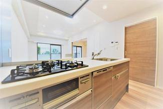 システムキッチンには家事を助けてくれる便利な食洗機付きです。