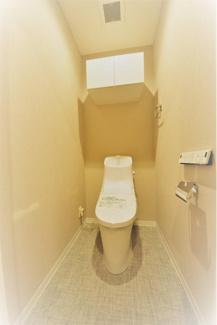 温水洗浄機能付きトイレには便利な上部収納付きです。