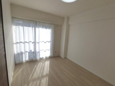 6.0帖の洋室は主寝室にいかがでしょうか。 南向きバルコニーに面しており日照・風通し◎