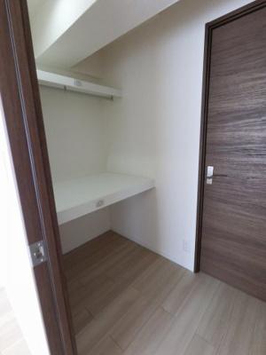 6.0帖と4.5帖の洋室の間にあるウォークスルークローゼットです。 たっぷり収納できますので、整理整頓もスムーズに。居室空間をより広々と使えます!