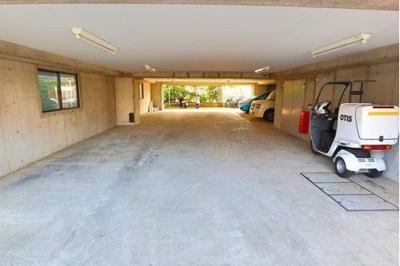 敷地内には駐車場もございます。空き状況はお問い合わせ下さい。