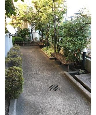 敷地内には植栽が施され、ベンチで休憩も良いですね。