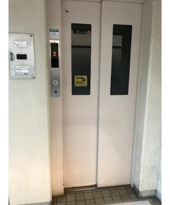 エレベーター付きでマンション内の移動も便利です。