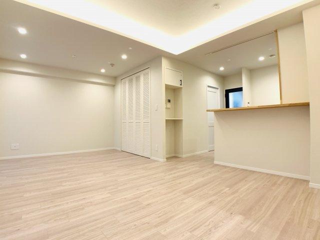 間接照明がお部屋の雰囲気をより一層高めてくれます。18帖超の空間が毎日の癒し空間になることでしょう