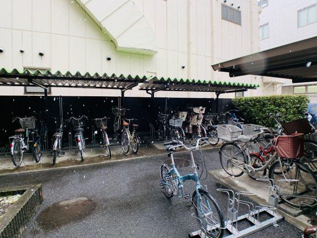 屋根付きの駐輪場を完備しておりますので、雨の日でも安心。普段の移動は自転車があれば十分です。