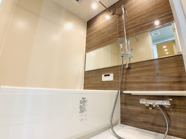 浴室換気乾燥機付きのユニットバスも新品交換。キレイな水回りは気持ちが良いものです。