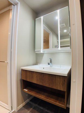 ホテルライクなシャワーヘッド付きの洗面化粧台を新規交換。LED照明が明るくライトアップしてくれます。