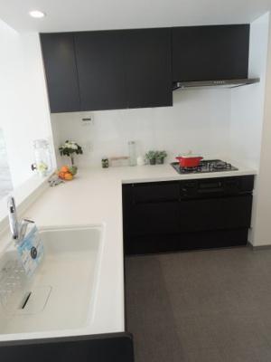 3口ガスコンロのL字型システムキッチンです。 食器洗乾燥機付き、後片付けもラクラクこなせて、環境に優しい設備です。