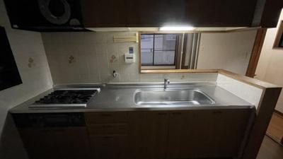 照明がなく暗いですが、お料理しやすいキッチンです
