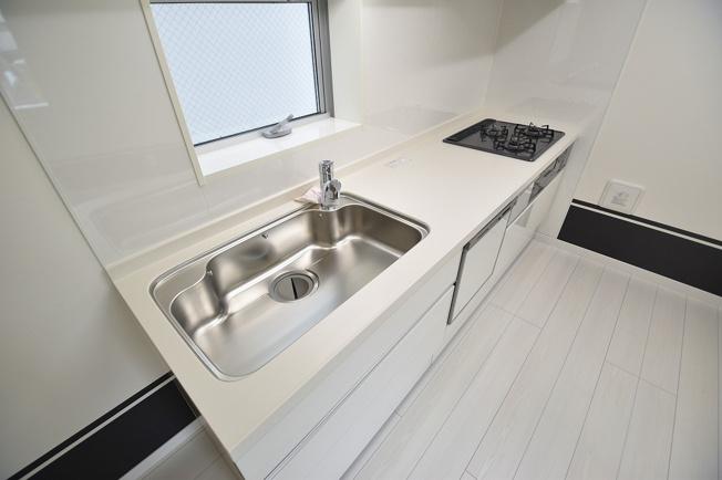 使いやすさを追求したシステムキッチンは、ビルトイン食洗器や魚焼きグリルなど設備も充実しています。