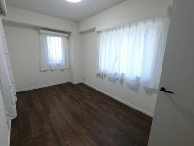 7.0帖の洋室は2面採光で採光・風通し◎です。 主寝室にいかがでしょうか。