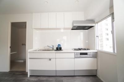 【壁付けの利点!】 リビングのスペースを広く取れる壁付けキッチン。 家事の動線を考えるとキッチンの後ろに すぐダイニングテーブルを配置することができて 便利ですね。