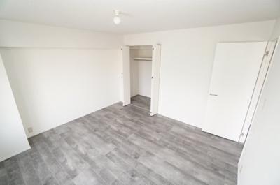 【東側洋室約8帖】 建材の色合いからモダンテイストも似合いそうな洋室。 主寝室としてもご利用頂ける広さがあり、 大型の家具を置くなど使い勝手も良いです。