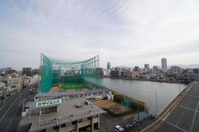 【本川を臨む!】 本川のリバーサイドに佇む本物件は、 バルコニーから広島市街地を臨みます。 自然の風景と、都市の風景とを楽しめます!