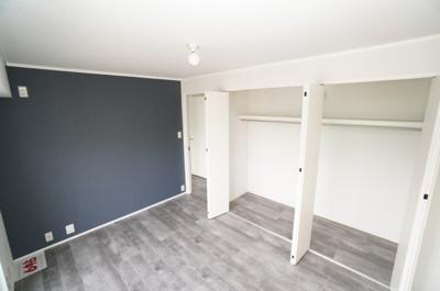 【中洋室約7帖】 居室にはクローゼットを完備し、 自由度の高い家具の配置が叶うシンプルな空間です。 お子様の成長と必要になる子供部屋にするには ぴったりの間取りですね。