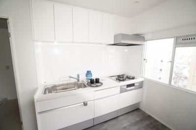 【新規交換キッチン】 キッチン等の設備も時代の移り変わりで、 機能性が変わります。 建築時よりも使いやすく、機能性を上げ、 良い立地条件は変えないのがリフォームの 良いところです!