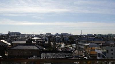 目の前に遮る建物もなく見晴らし良好。明るい日差しが入り、広い空も望めます。