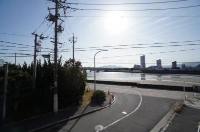 【眺望】 前面に建物がないのでよく陽が当たります! お洗濯ものもすぐ乾きそう!  また、眺望は八幡川を真横に見ながら、 宮島の寝観音様と瀬戸内海を見られる景色が広がります!
