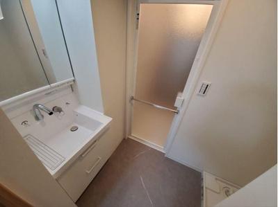 三面鏡付き洗面化粧台で朝の身支度もスムーズにできますね。
