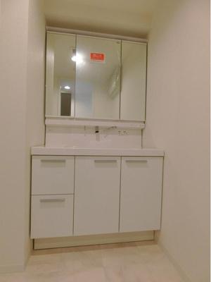 洗面化粧台リフォーム済、白を基調とした爽やかな空間です。