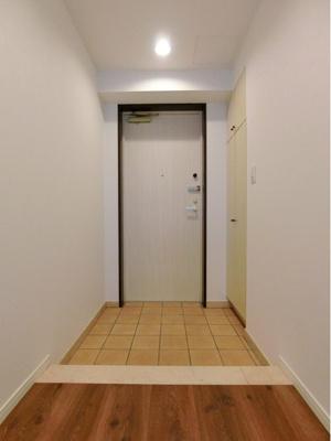 収納が備わった玄関は靴などがすっきり片付きますね。