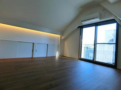 バルコニーに面した8階部分の洋室は開放感がございます。