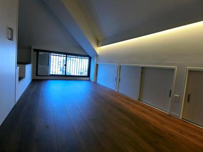 収納が壁一面に設置され、居室部分を有効的に使えます。