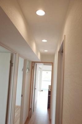 廊下はこの年代のマンションにしては珍しく、凹凸がないフラットな構造です。