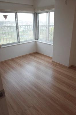 角住戸ですので、二面採光。明るいです。すっきりとした内装です。主寝室におすすめ。