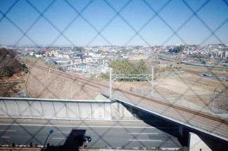 北側は高速道路と横浜線があるため、建物が建ちません。とても開放感のある眺望が確保されております。
