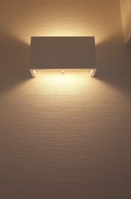 廊下にはスタイリッシュな間接照明を設置。