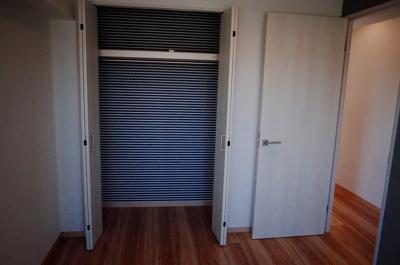 北側洋室6帖にはクローゼットが設置されています。裏地クロスも柄を違えたモダンな仕様です。
