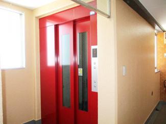 エレベーターは各階に停止します。