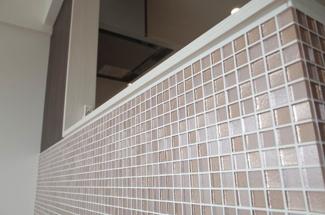 フロントのファサードのガラスタイルは、とても上品でやわらかい雰囲気に仕上がりました。