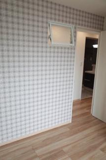 真ん中に位置する東向き4.5帖洋室には、風通しをよくする欄間窓を設置。